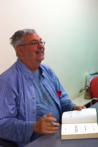 Michel Tremblay autographie un de ses romans