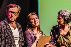 Michel Crête (Ovide). Kyla Lebon (Pim) et Carol McLennan (Azilda) dans une scène de Tug of War photo d'Ismail Atiev