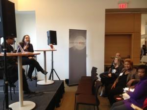 A.M. Matte, assise sur une scène à gauche de l'image, parle de ce qui a inspiré les nouvelles de Ce que l'on divulgue devant public au Salon du livre de Toronto.