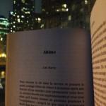 Sur fond de la ville de Toronto, un livre est ouvert à la première page de la nouvelle Abîme par A.M. Matte